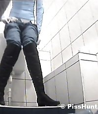 HQ spy cam shoot hot babe peeing in public wc